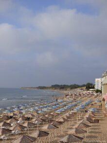 Южный пляж рядом с отелями