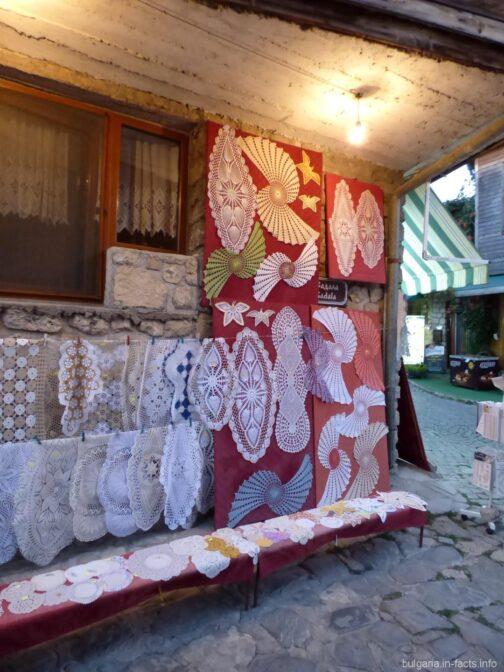 Вышитые скатерти на улицах Несебра