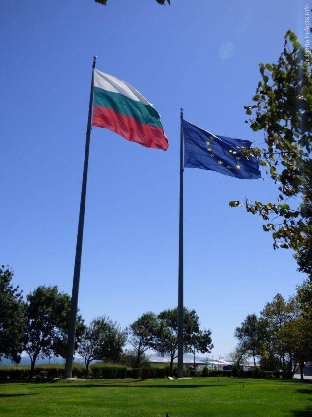 Огромные флаги в парке Бургаса