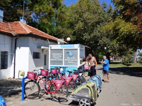 Прокат велосипедов со специальными сидениями для детей в Приморском парке Бургаса