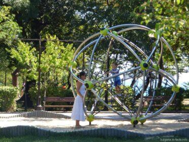 Современная игровая площадка в парке Бургаса