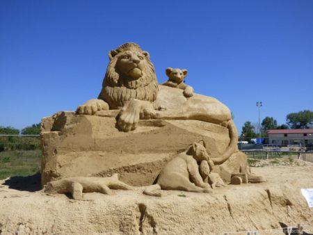 Царь зверей и его потомство на Фестивале песчаных фигур в Бургасе