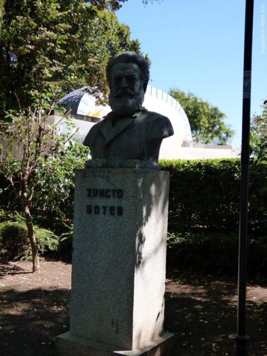 Бюст Христо Ботева в парке Бургаса