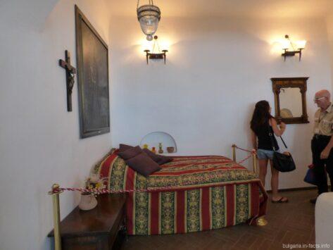 Королевкая кровать во дворце в Балчике