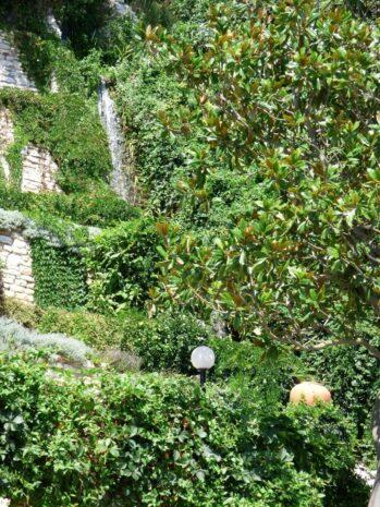 Водопад в саду Балчика