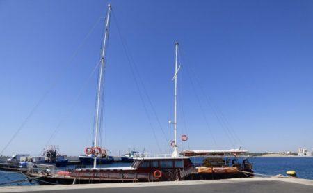 Экскурсионная яхта в порту Несебра