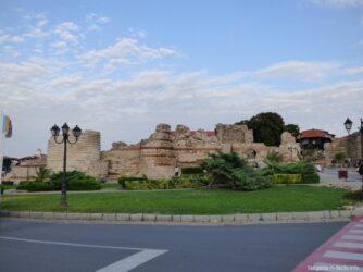 Руины крепостной стены в старом Несебре