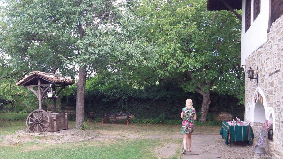 Внутри усадьбы – тенистый сад, колодец и сувенирный киоск.