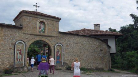 Вход в Килифаревский монастырь