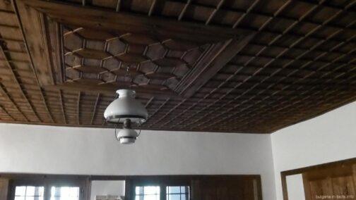 Деревянный потолок в комнате для мужчин