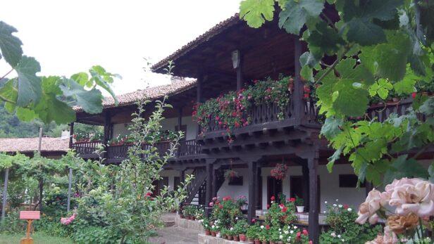 Красивые здания в монастыре