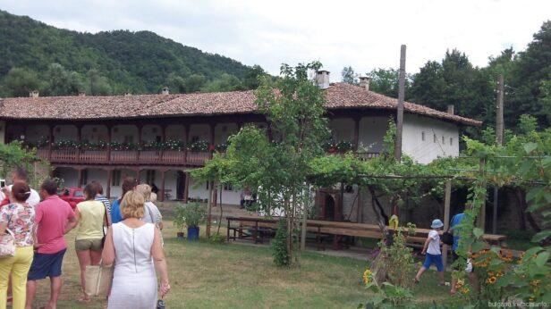 Ухоженная и зеленая территория монастыря